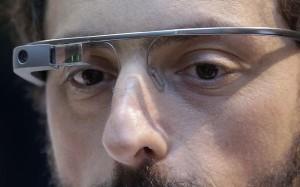 Sergey Brin, vistiendo un Google glass a un solo ojo